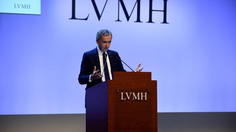 Le PDG de LVMH, Bernard Arnault, présente les résultats du groupe, le 28 janvier 2020 à Paris. Les ventes du groupe ont alors franchi les 50 milliards d'euros de chiffre d'affaires. (ERIC PIERMONT / AFP)