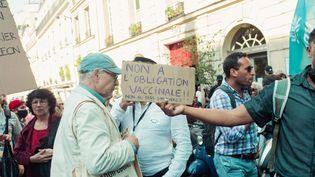 Une manifestation contre le pass sanitaire à Paris, le 22 juillet 2021. (CHRISTOPHE MICHEL / HANS LUCAS / AFP)