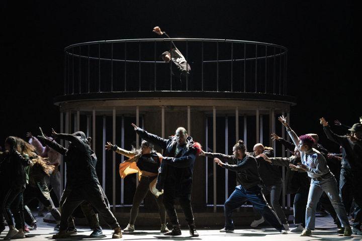 Florian Sempey et les danseurs C) Little Shao, Opéra de Paris (C) Little Shao, Opéra de Paris)