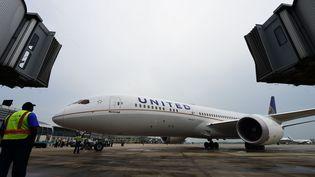 Un Boeing 787 de la compagnie aérienne United Airlines à l'aéroport deHangzhou, en Chine, le 14 juillet 2016. (LE YAN / IMAGINECHINA / AFP)