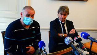 Christophe Ellul, le compagnon d'Elisa Pilarski et propriétaire du chien Curtis responsable de sa mort, et son avocat Alexandre Novion lors d'une conférence de presse à Bordeaux (Gironde), le 10 novembre 2020. (MEHDI FEDOUACH / AFP)