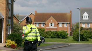 Les enquêteurs fouillent une maison dans le Lincolnshire (nord-est de l'Angleterre), le 23 mai 2013. (LINDSEY PARNABY / AFP)
