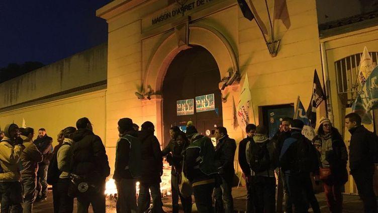 Les surveillants de prison manifestent depuis plusieurs jours devant la maison d'arrêt de Nice. (RADIO FRANCE / JOHAN BATAILLÉ)