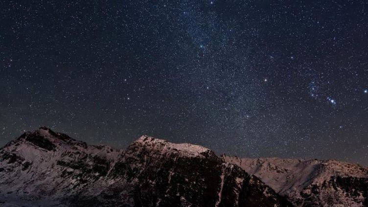 Un ciel étoilé au-dessus des Alpes, en France, le 23 décembre 2014. ((SEBASTIAN VOLTMER / AFP))