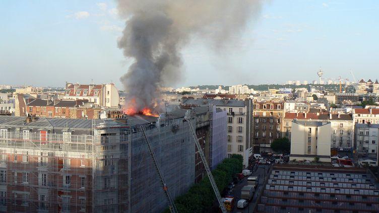 Des pompiers tentent d'éteindre le feu qui s'est déclaré dans un immeuble à Aubervilliers (Seine-Saint-Denis), le 7 juin 2014. (JOEL ESTIENNE / AFP)