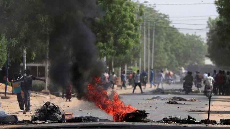 Des barricades sont mises en place lors des manifestations du 27 avril 2021 à N'Djamena au Tchad. (REUTERS / ZOHRA BENSEMRA)