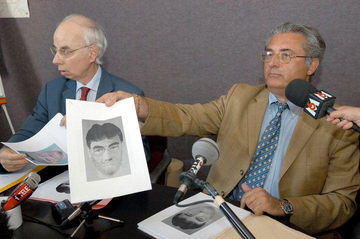 Le directeur de la police judiciaire de Versailles, Jean Espitalier (à droite) et le procureur de la République de Meaux, René Pech (à gauche), révèlent le portrait-robot d'un suspect,le 24 juin 2003. (JEAN AYISSI / AFP)