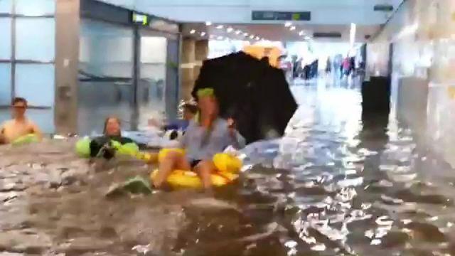 Suède : une gare se transforme en piscine géante