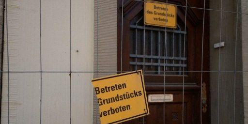 Des panneaux «entrée interdite» sur une maison abandonnée à Immigrath, dans l'ouest de l'Allemagne. (PATRIK STOLLARZ / AFP)