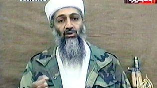 Capture d'écran d'une vidéo diffusée, le 3 novembre 2001, par Al-Jazeera, dans laquelle Oussama Ben Laden s'en prend à l'ONU. (AL-JAZEERA / AFP)
