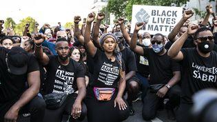 Assa Traoré, au centre, lors de la manifestation contre les violences policières devant le Tribunal de grande instance de Paris, le 2 juin 2020. (YANN CASTANIER / HANS LUCAS / AFP)