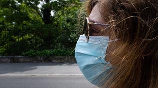 """Le président de la cellule Covid-19 de l'Académie nationale de médecine, Yves Buisson,""""ne conseille pas de laver les masques chirurgicaux tant qu'on n'a pas d'essais validés"""". (RICCARDO MILANI / HANS LUCAS / AFP)"""