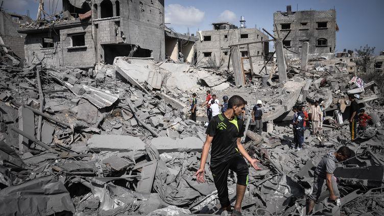 Quelques heures avant le début d'une trêve de 72 heures entre Israël et le Hamas, le 5 août 2014, des Gazaouis retrouvent leur quartier, ravagé par l'offensive de Tsahal. (AHMED HJAZY / LIGHT ROCKET / GETTY IMAGES))