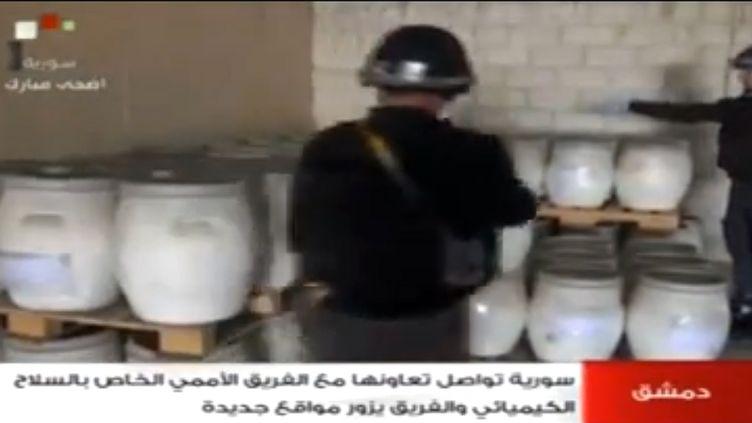 Des inspecteurs de l'OIAC au travail, le 18 octobre 2013 en Syrie. (SYRIAN TELEVISION / AFP)