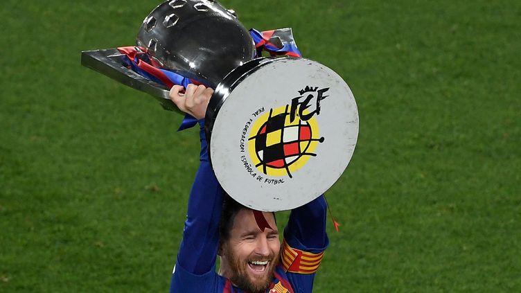 Lionel Messi, qui soulève ici le trophée de la Liga le 27 avril 2019, a remporté 35 trophée avec le FC Barcelone. (LLUIS GENE / AFP)