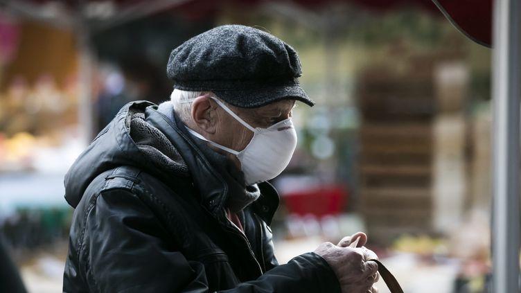 Un homme avec un masque. (Illustration). (VINCENT ISORE / MAXPPP)