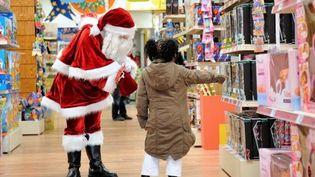 Un enfant dans un magasin de jouets. (PHILIPPE HUGUEN / AFP)