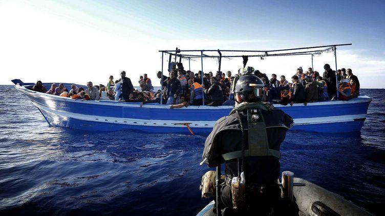 Des migrants secourus en Méditerrannée, aux larges des côtes libyennes, au cours d'une opération menée par l'Italie, le 28 avril 2014. (  MAXPPP)