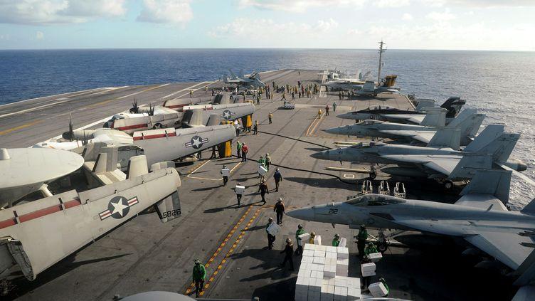 """L'aide alimentaire part du porte-avions américain """"George-Washington"""", au large des Philippines, le 18 novembre 2013. (NOEL CELIS / AFP)"""