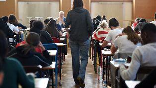 Un professeur de lycée marche dans une salle de classe pendant un examen de philosophie, le 17 juin 2019 à Strasbourg. (FREDERICK FLORIN / AFP)