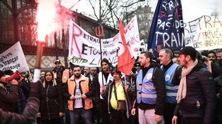 Des manifestants contre la réforme des retraites à Paris, le 28 décembre 2019. (STEPHANE DE SAKUTIN / AFP)