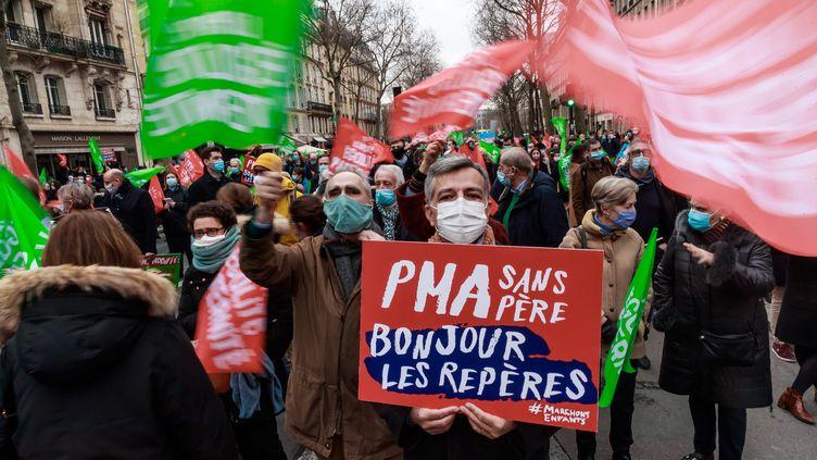 Des opposants au projet de loi de bioéthique manifestent à Paris, le 31 janvier 2021. (MAXPPP)
