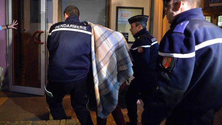 Un mineur est conduit au palais de justice de Saverne (Bas-Rhin) en vue de sa mise en examen, le 18 février 2015. (PATRICK HERTZOG / AFP)