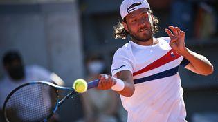 Lucas Pouille est le dernier Français éliminé au premier tour de ce Roland-Garros 2021. Il rejoint les 14 autres Français éliminés, alors qu'ils étaient 18 en lice dimanche. (ANNE-CHRISTINE POUJOULAT / AFP)