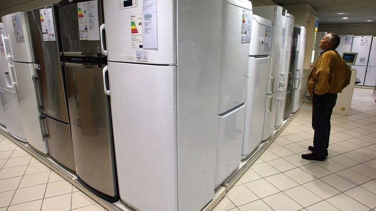 Un homme regarde des réfrigérateurs, le 1er octobre 2003, dans un magasin à Paris. (MARTIN BUREAU / AFP)