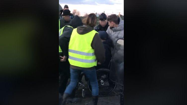 Capture d'écran d'une vidéo montrant une altercation au péage de Bessan (Hérault), le 9 décembre 2018. (LAURE BISQUER / FACEBOOK)