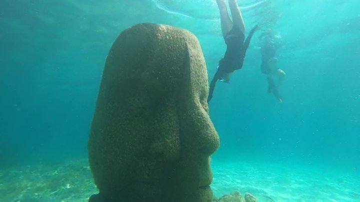 Une des six statues immergées au large de Cannes. (Benoît Loth / France Télévisions)