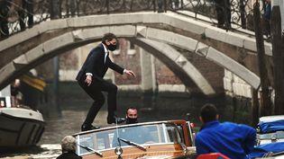 """L'acteur américain Tom Cruise sur le tournage de """"Mission impossible : Lybra"""", le 20 octobre 2020 à Venise (ANDREA PATTARO / AFP)"""