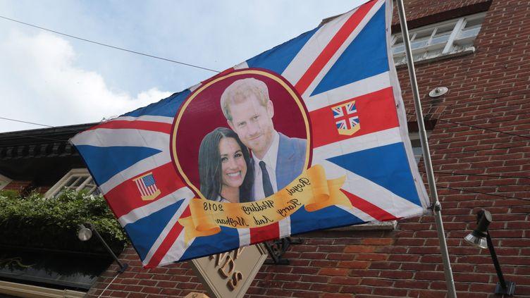 Un drapeau représentant le prince Harry et Meghan Markle, lors de l'annonce de la naissance de leur fils, le 7 mai 2019 à Windsor (Royaume-Uni). (HUGO PHILPOTT / MAXPPP)