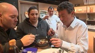 Alors que le célèbre guide Michelin dévoilera jeudi 9 février les restaurants étoilés dans son édition 2017, nous sommes retournés à la rencontre de Julia Sedefdjian, jeune chef étoilée à l'âge de 21 ans seulement. (France 3)