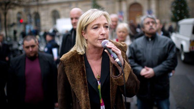 La présidente du Front national Marine Le Pen, le 8 décembre 2011 à Paris, en face du Sénat. (MARTIN BUREAU / AFP)