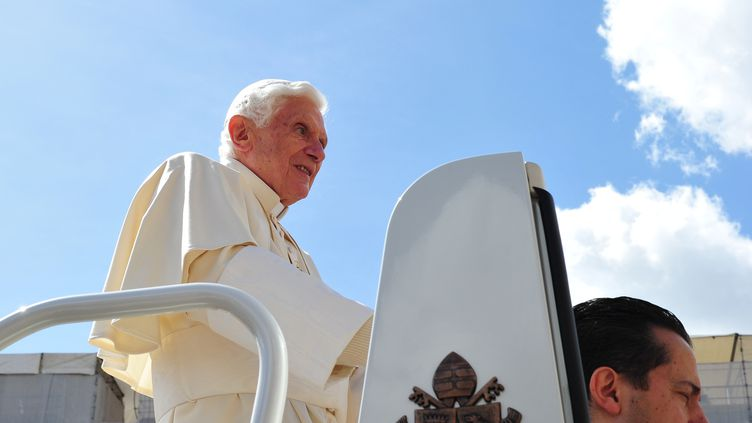 Le pape Benoît XVI (G.) avec son ancien majordomePaolo Gabriele le 25 avril 2012 au Vatican. (ALBERTO PIZZOLI / AFP)