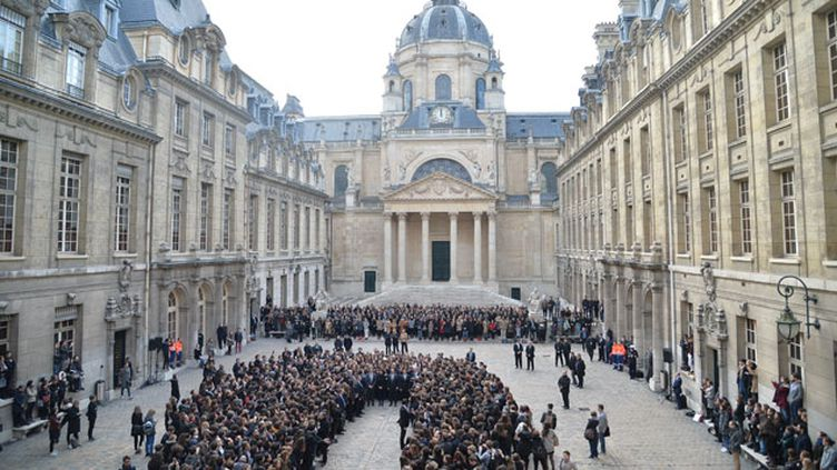(Hommage aux victimes des attentats du 13 novembre lors d'une minute de silence en présence du Chef de l'Etat, à la Sorbonne, 16 novembre 2015 © Maxppp)