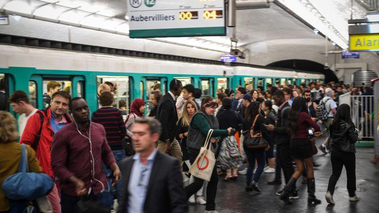 Des usagers sur un quai de métro, à Paris, le 12 septembre 2019, à la veille d'un jour de grève à la RATP. (ERIC FEFERBERG / AFP)