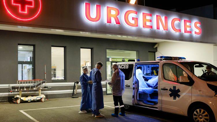 Une ambulance stationne devant les urgences de la clinique privée de Bordeaux Nord (Nouvelle-Aquitaine), en première ligne dans la lutte contre l'épidémie deCovid-19, le 1er avril 2020. (MAXPPP)