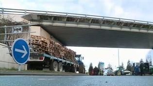 Des agriculteurs bloquent l'accès à la ville d'Auch (Gers) lundi 12 février. (FRANCE 3)