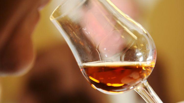 Un homme sent un verre de Cognac. Photo d'illustration. (GUILLAUME BONNAUD / MAXPPP)