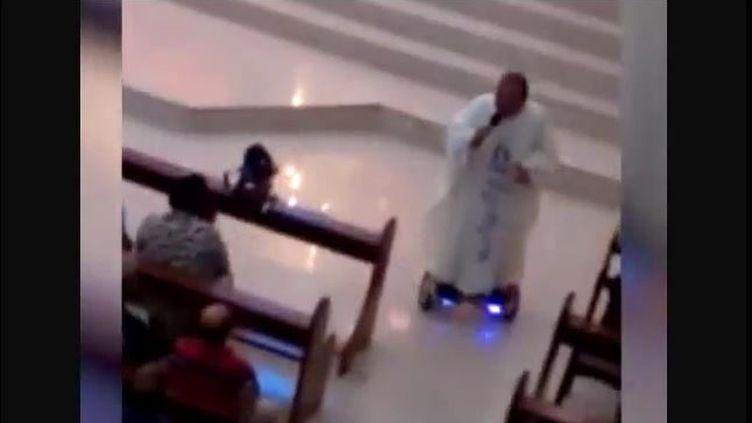 Un prêtre philippin dit la messe sur un hoverboard, le 24 décembre 2015. (SRC-TV / YOUTUBE)