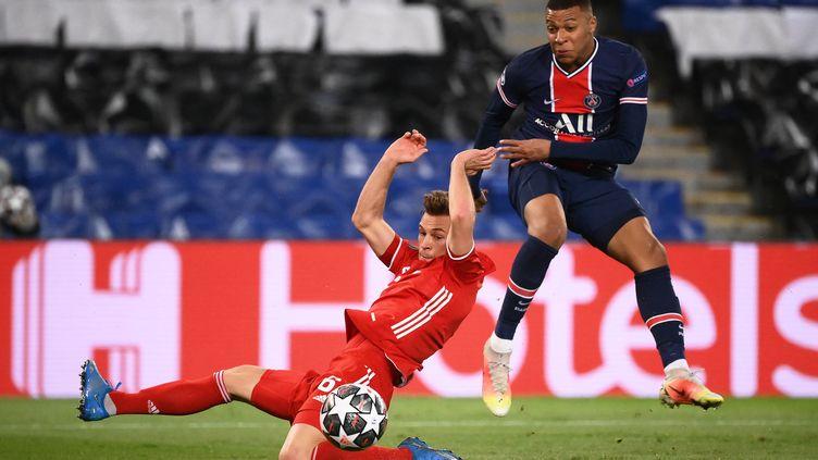 Kylian Mbappé face à Joshua Kimmich le 13 avril 2021. (FRANCK FIFE / AFP)