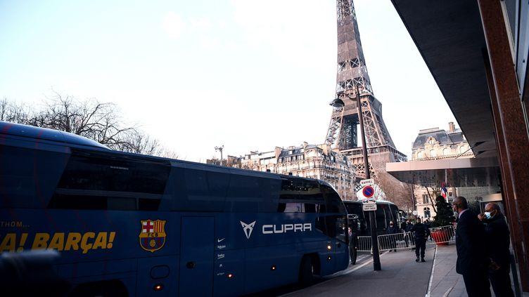 Le bus des joueurs duFC Barcelone garé à l'extérieur de l'hôtel Pullman dans le 15e arrondissement de Paris, le 9 mars 2021. (FRANCK FIFE / AFP)