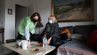 Travail d'une aide à domicile, dans le 10e arrondissement de Marseille, en février 2021. (VALERIE VREL / MAXPPP)