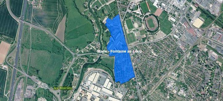 Capture d'écran d'une carte montrant les quartiers du Stade (en bleu, partie Nord) et de la Fontaine au Loup (en bleu, partie Sud) à Chalon-sur-Saône. (IGN / CGET / GEOPORTAIL / FRANCEINFO)