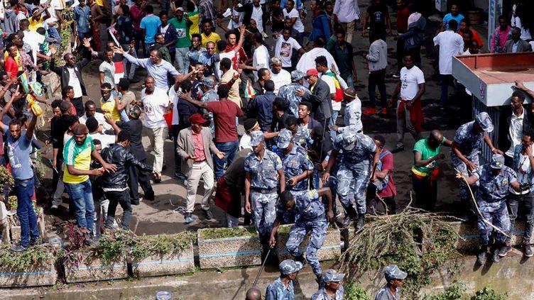 Des forces de sécurité éthiopiennes interviennent sur les lieux d'une explosion à Addis-Abeba (Ethiopie), samedi 23 juin 2018. (YONAS TADESE / AFP)