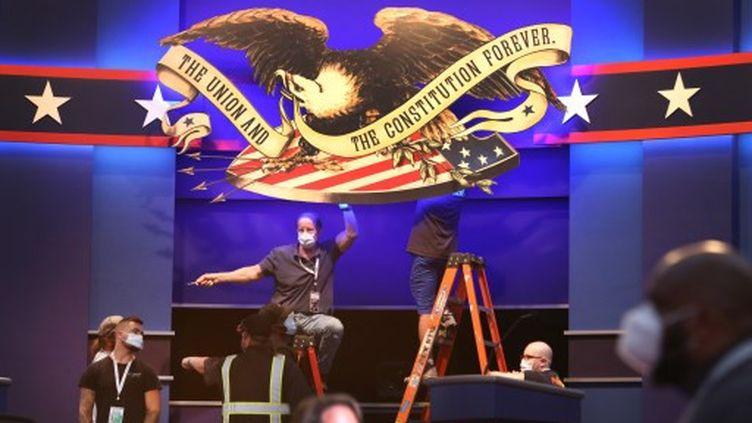 Des techniciens préparent la scène pour le premier débat présidentiel entre le président américain Donald Trump et le candidat démocrate Joe Biden. (SCOTT OLSON / GETTY IMAGES NORTH AMERICA)