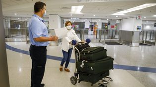 Une passagère arrive à l'aéroport international de Miami, en Floride (Etats-Unis), le 29 mai 2021. (EVA MARIE UZCATEGUI / AFP)