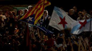 Artur Mas, le président sortant du gouvernement régional de la Catalogne, célèbre la victoire de la coalition indépendantiste aux élections régionales, le 27 septembre 2015 à Barcelone (Espagne). (JORGE GUERRERO / AFP)